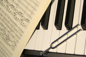 avoin nuottikirja ja äänirauta pianon koskettimilla